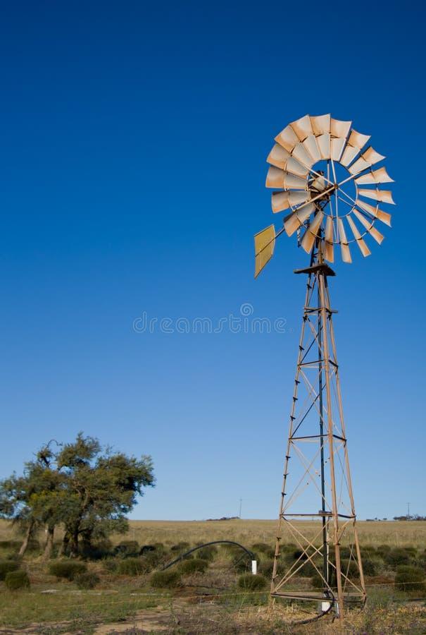 Moinho de vento no interior australiano fotografia de stock