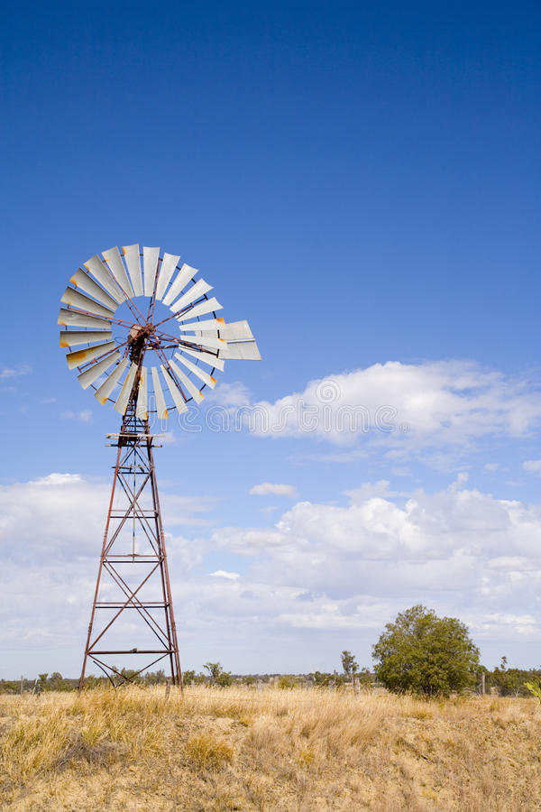 Moinho de vento no interior Queensland, Austrália fotos de stock