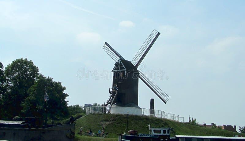 Moinho de vento no Knokke-assalto na província belga de Flanders ocidental é ficado situado ao longo do Mar do Norte fotografia de stock