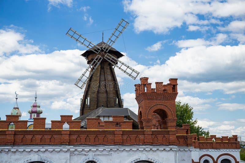 Moinho de vento no Kremlin de Izmaylovsky em Moscou Russo tradicional a fotografia de stock royalty free