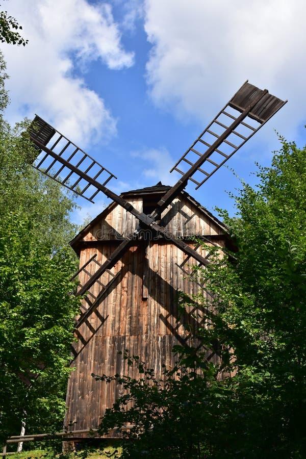 Moinho de vento no museu do ar livre da vila de Wallachian fotografia de stock
