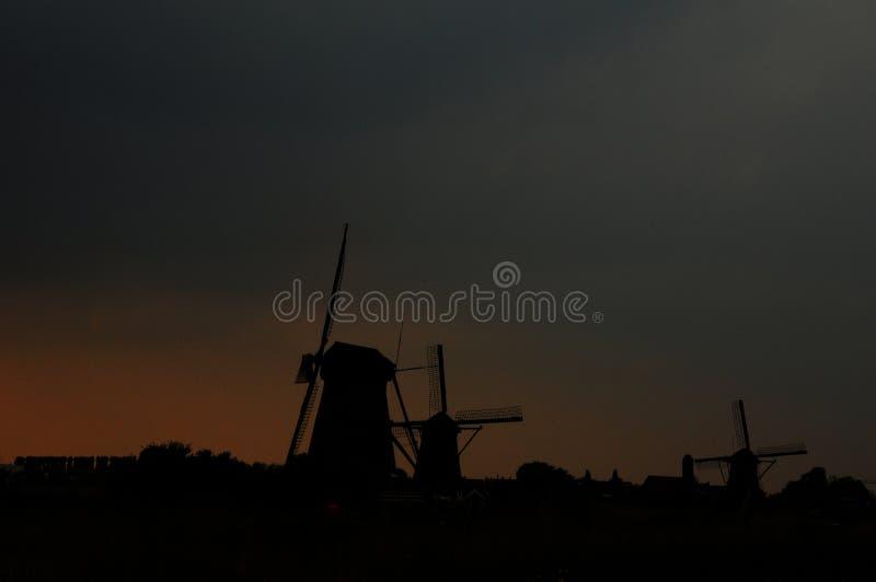 Moinho de vento no por do sol foto de stock