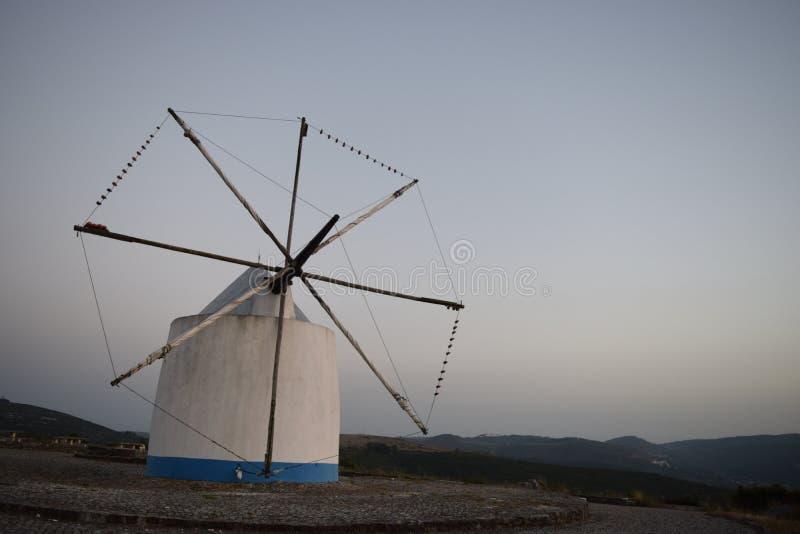 Moinho de vento no por do sol em Porto de Mos Portugal fotografia de stock royalty free