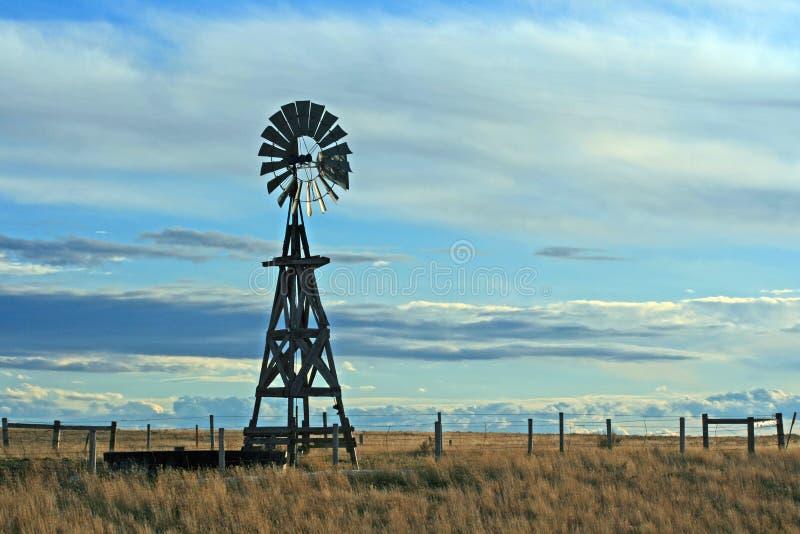 Moinho de vento no rancho de gado em Lusk Wyoming EUA fotografia de stock