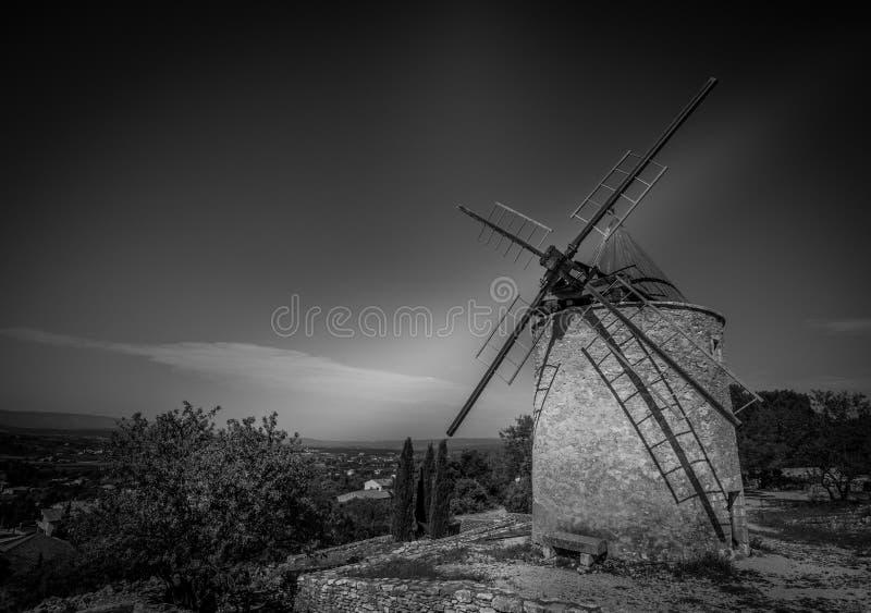 Moinho de vento nos les de Saint Saturnin aptos, Provence, França fotos de stock royalty free