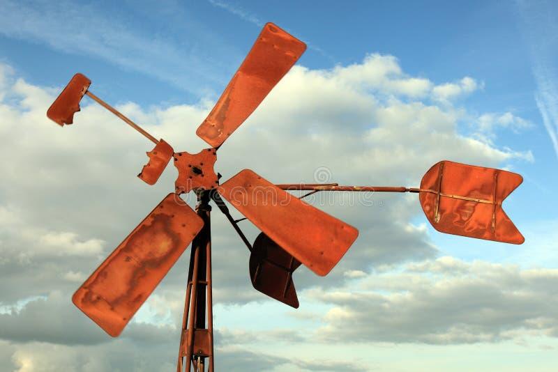 Moinho de vento quebrado e oxidado fotos de stock