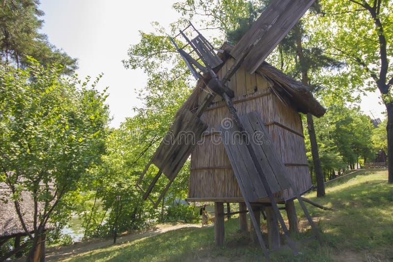 Moinho de vento romeno tradicional velho imagem de stock royalty free