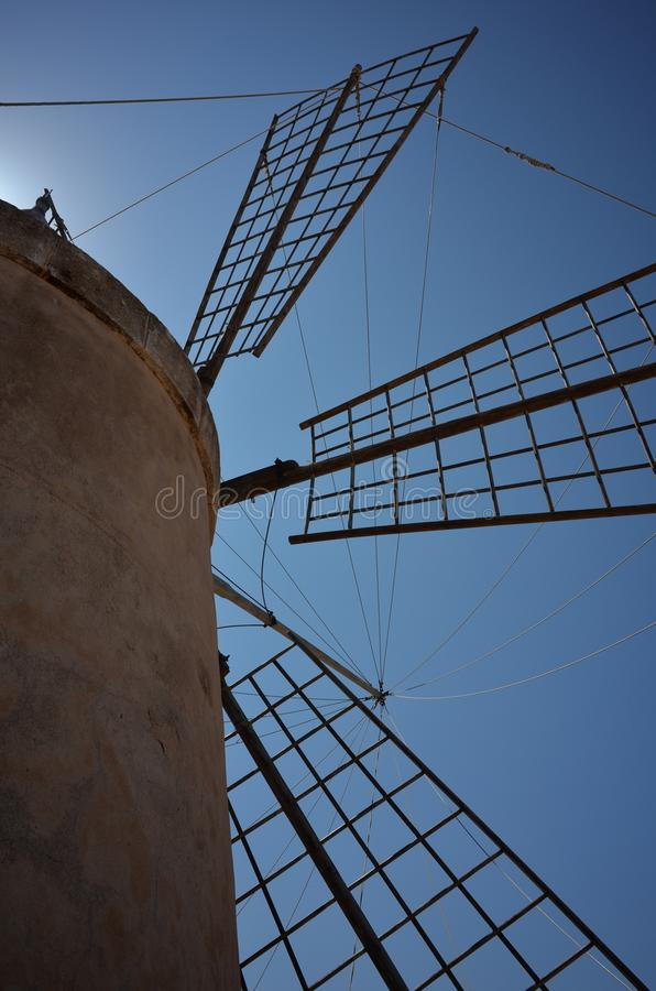 Moinho de vento siciliano tradicional da produção de sal fotos de stock royalty free