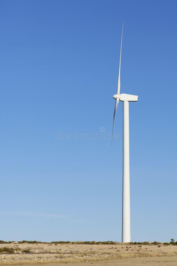 Moinho de vento solitário fotos de stock