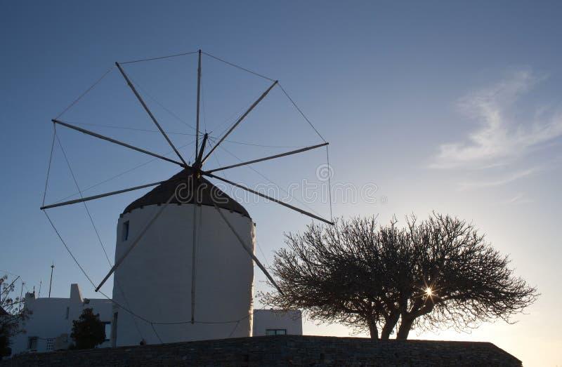 Moinho de vento tradicional na ilha de Paros, Cyclades, Grécia foto de stock