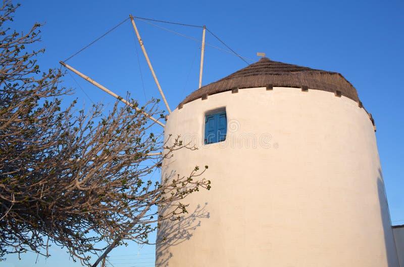 Moinho de vento tradicional na ilha de Paros, Cyclades, Grécia imagens de stock