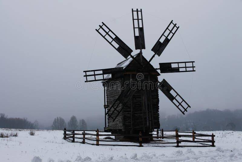 Moinho de vento ucraniano no museu da arquitetura nacional fotografia de stock