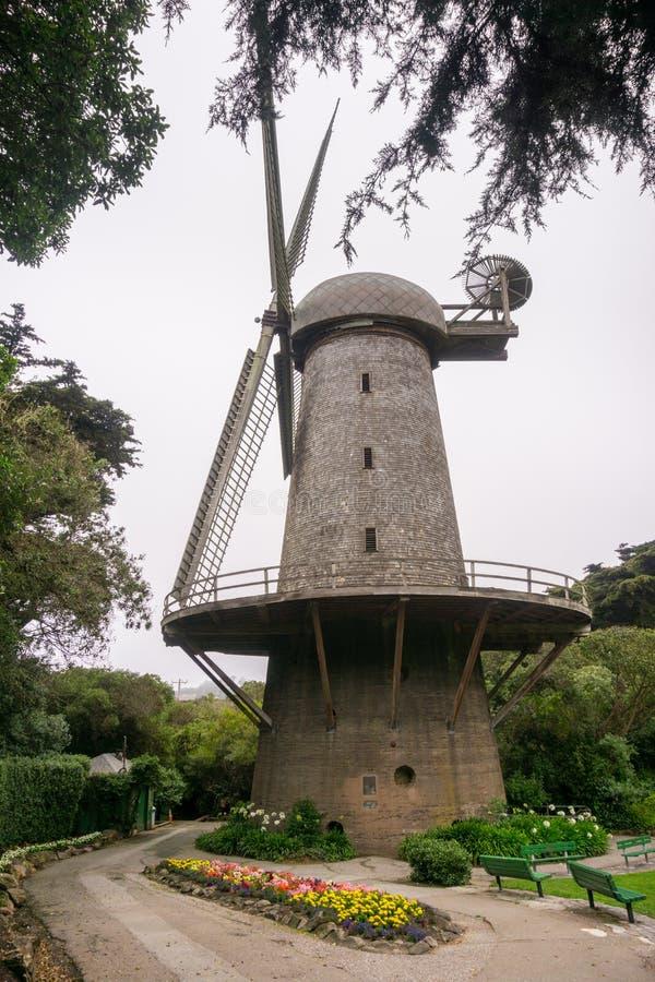 Moinho de vento usado historicamente para a água de bombeamento para a irrigação de Golden Gate Park, San Francisco, Califórnia imagens de stock royalty free