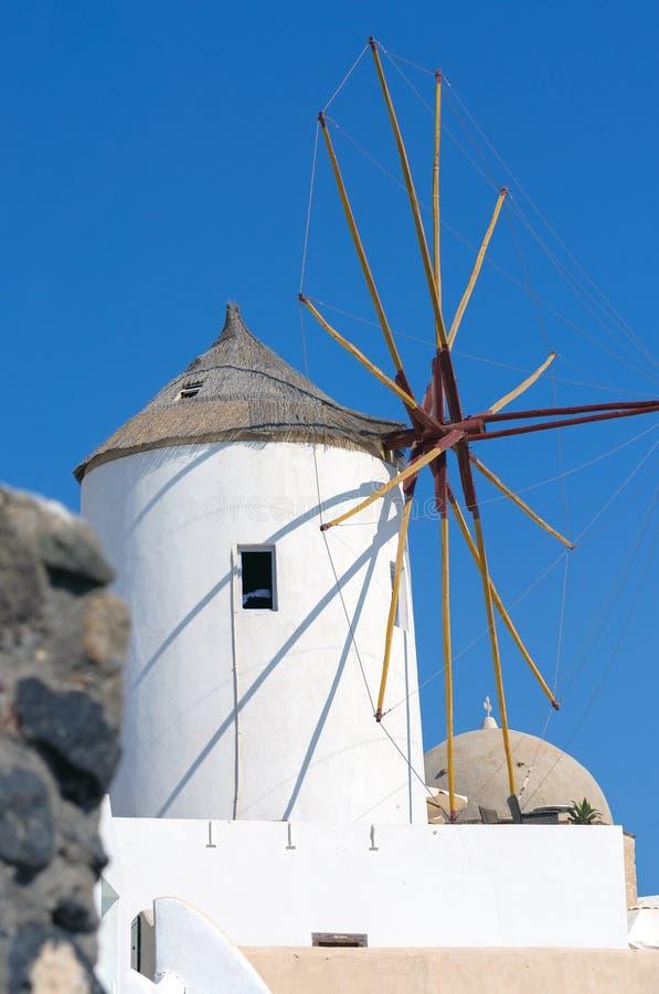 Moinho de vento velho da cidade no dia ensolarado, ilha de Oia de Santorini, Grécia fotografia de stock royalty free