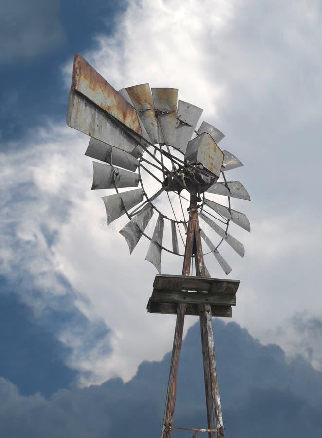 Moinho de vento velho da exploração agrícola do metal. fotos de stock