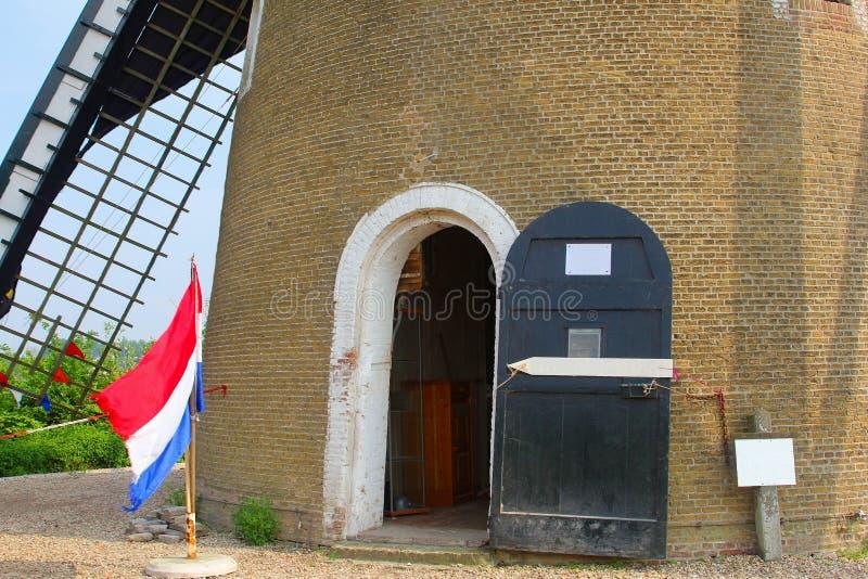 Moinho de vento velho do milho da bandeira holandesa, Betuwe, Países Baixos foto de stock