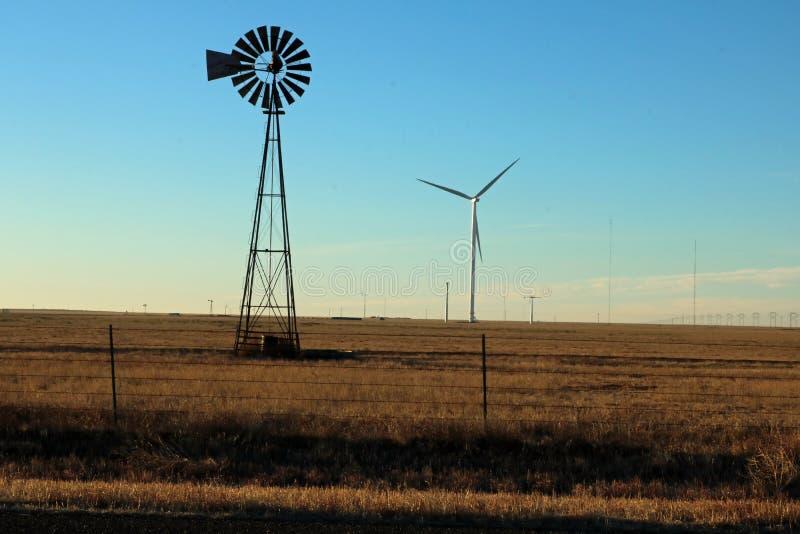 Moinho de vento velho e vento e água altos do estacado do llano das planícies de texas das novas tecnologias imagens de stock