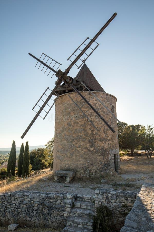 Moinho de vento velho em Muehle Saint-Saturnin-les-apto em Provence, fotos de stock royalty free