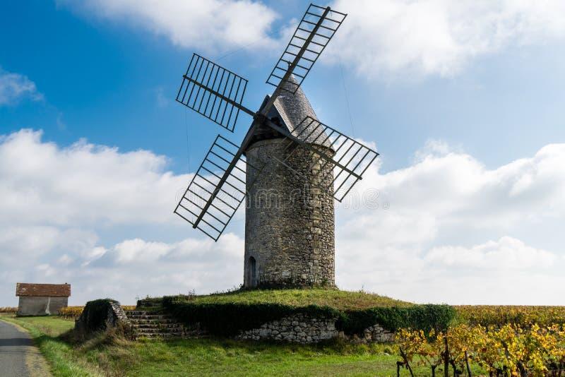 Moinho de vento velho em um vinhedo perto de Saint Emilion no ne da região de Medoc fotos de stock royalty free