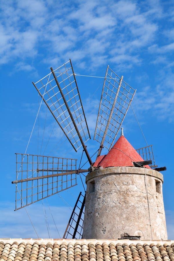 Moinho de vento velho no saltworks em Trapani, Sicília, Itália foto de stock royalty free