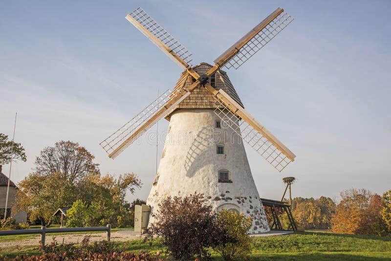 Moinho de vento velho restaurado na montanha Dia ensolarado do outono imagens de stock