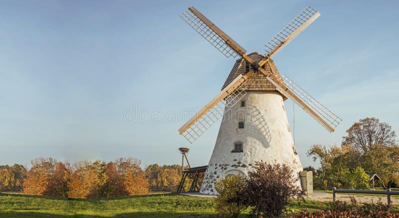Moinho de vento velho restaurado no lado da montanha Dia ensolarado do outono foto de stock