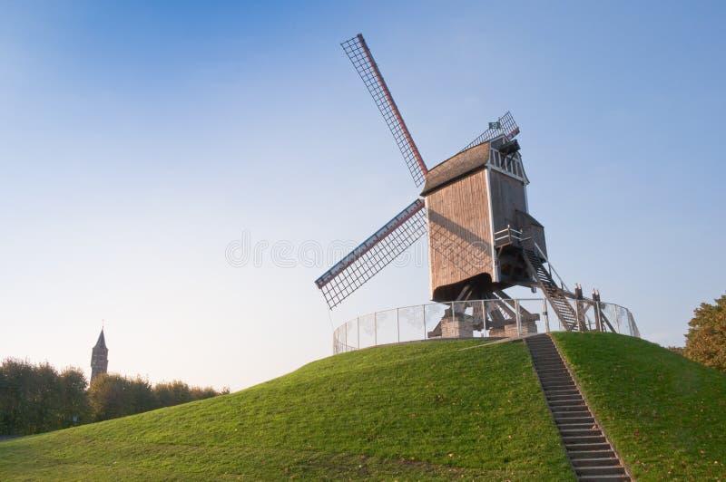 Moinho e torre de vento em Bruges - Bélgica fotos de stock royalty free