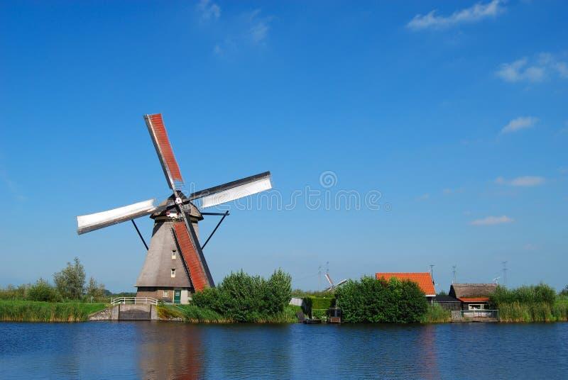 Moinho holandês no waterside fotos de stock