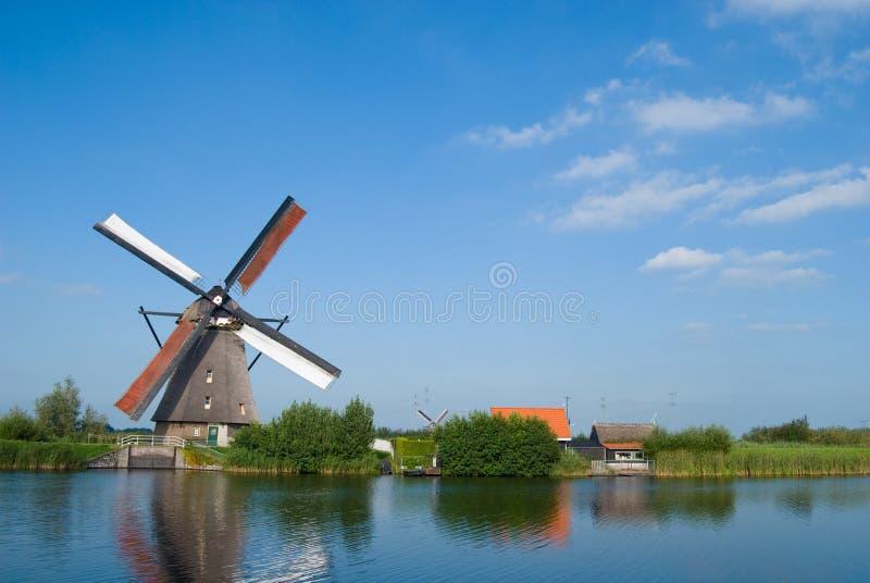 Moinho holandês no waterside foto de stock royalty free