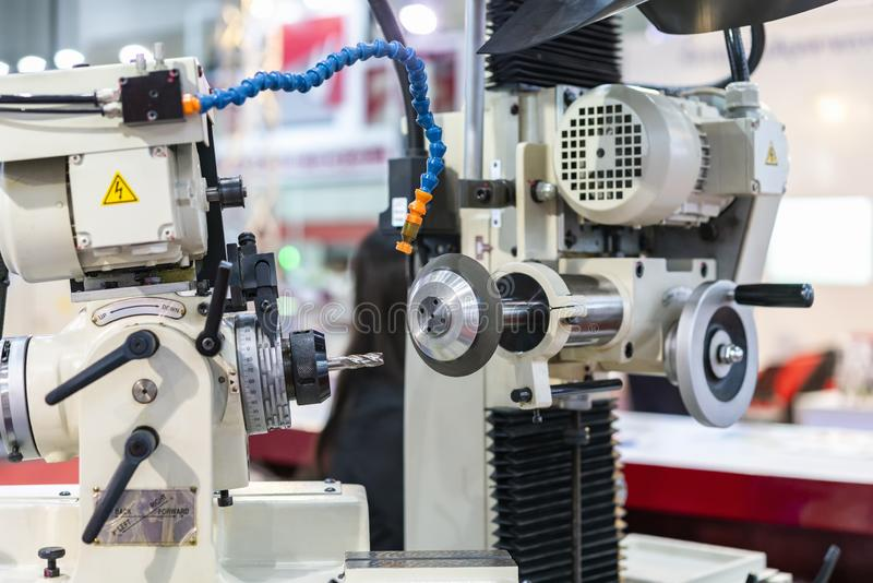 Moinho ou brocas de extremidade durante apontar da moedura pela máquina automática & da elevada precisão da ferramenta do apontad fotografia de stock