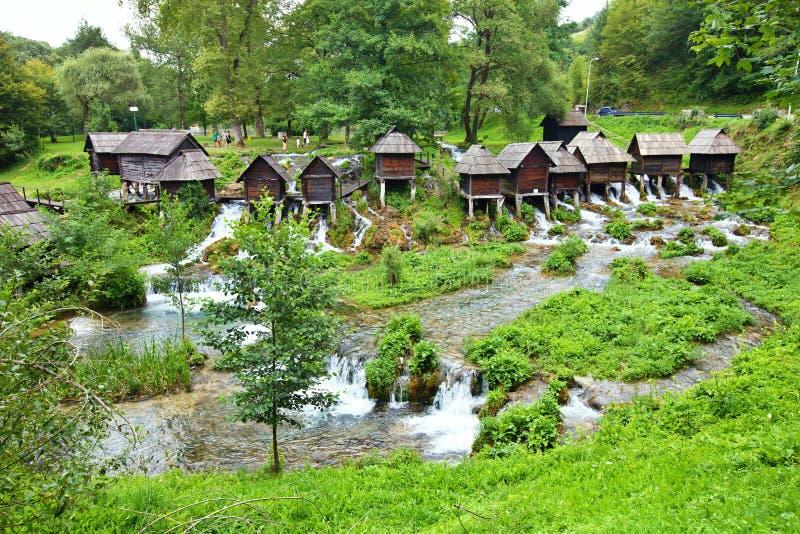 Moinho pequeno na área de lagos Plic, Bósnia - Herzegovina fotos de stock