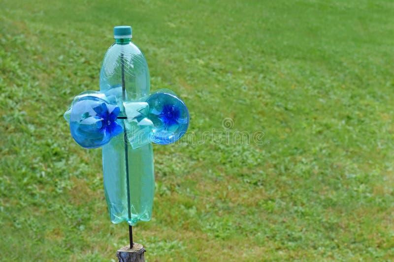 Moinho plástico caseiro da garrafa como uma proteção contra animais e pássaros prejudiciais no jardim imagens de stock