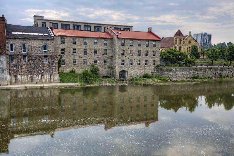 Moinho velho ao longo do rio grande, Cambridge, Ontário, Canadá imagem de stock