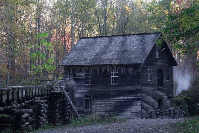 Moinho velho de Mingus em Great Smoky Mountains com a comporta que vem acima ao longo do lado esquerdo, folhas de outono imagens de stock