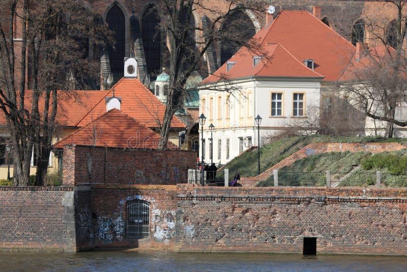 Moinho velho pelo rio imagem de stock