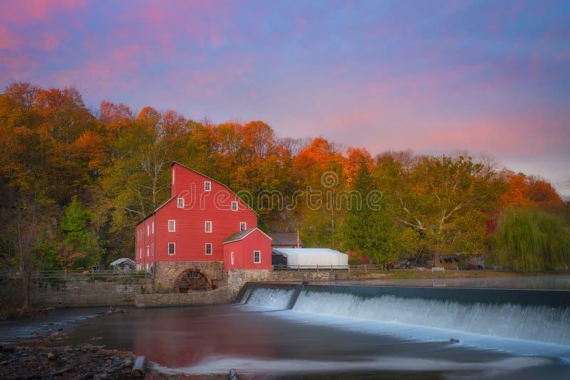 Moinho vermelho Autumn Sunrise fotografia de stock royalty free