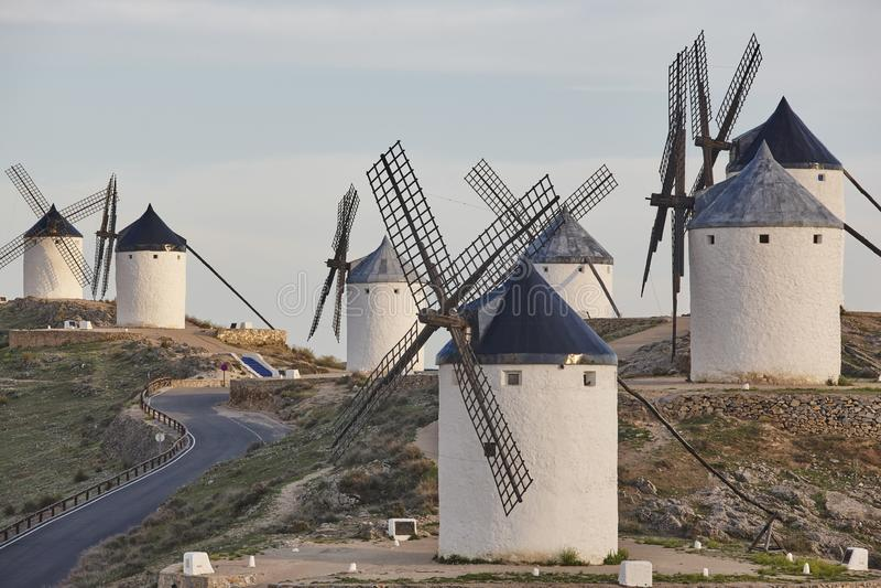 Moinhos de vento antigos tradicionais na Espanha Consuegra, Toledo fotografia de stock