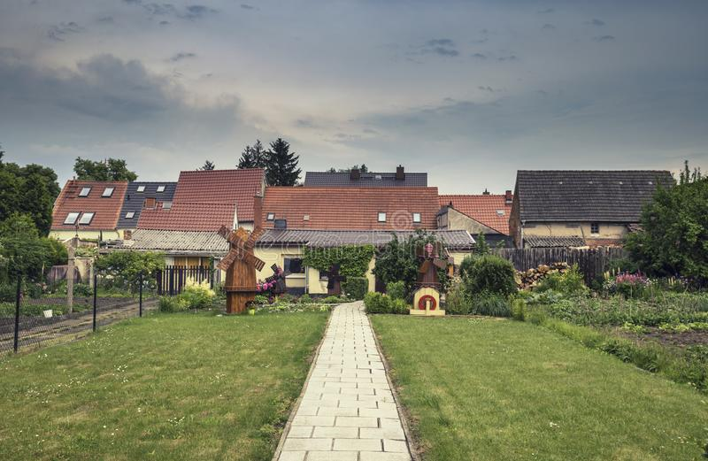 Moinhos de vento bonitos do ornamental do vento do para trás-jardim fotos de stock