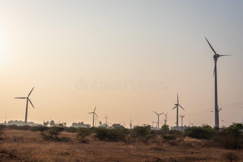 Moinhos de vento com cabo elétrico e políticos imagens de stock royalty free