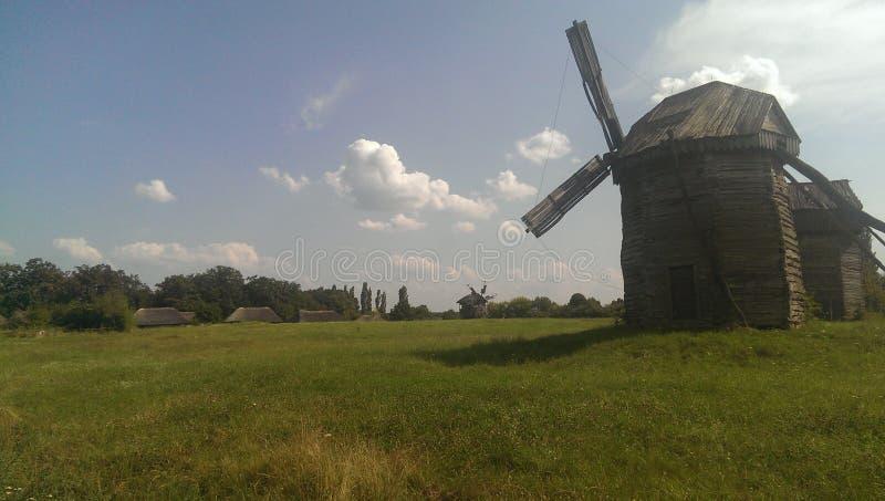 Moinhos de vento construídos no século XIIX imagens de stock
