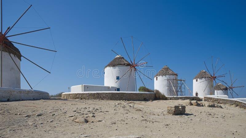 Moinhos de vento da vila de Chora - ilha de Mykonos Cyclades - Mar Egeu - Grécia foto de stock