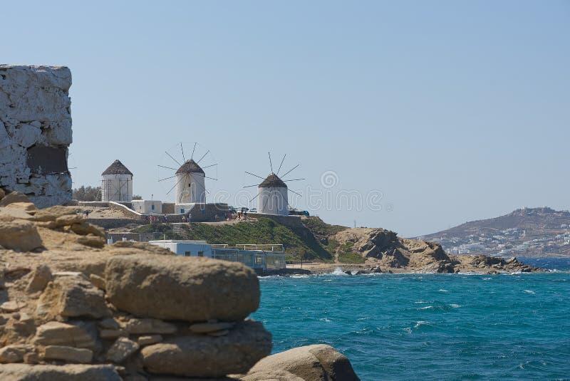 Moinhos de vento da vila de Chora - ilha de Mykonos Cyclades - Mar Egeu - Grécia fotografia de stock royalty free