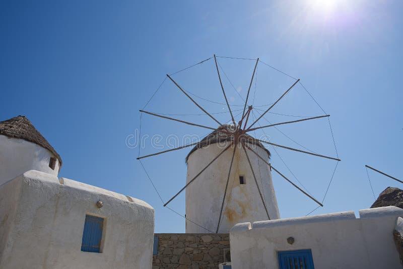 Moinhos de vento da vila de Chora - ilha de Mykonos Cyclades - Mar Egeu - Grécia imagem de stock