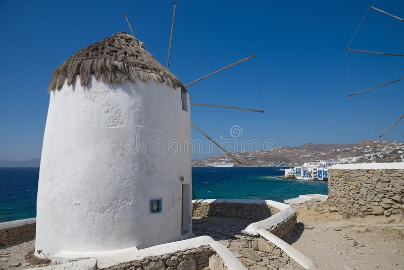 Moinhos de vento da vila de Chora - ilha de Mykonos Cyclades - Mar Egeu - Grécia fotos de stock royalty free