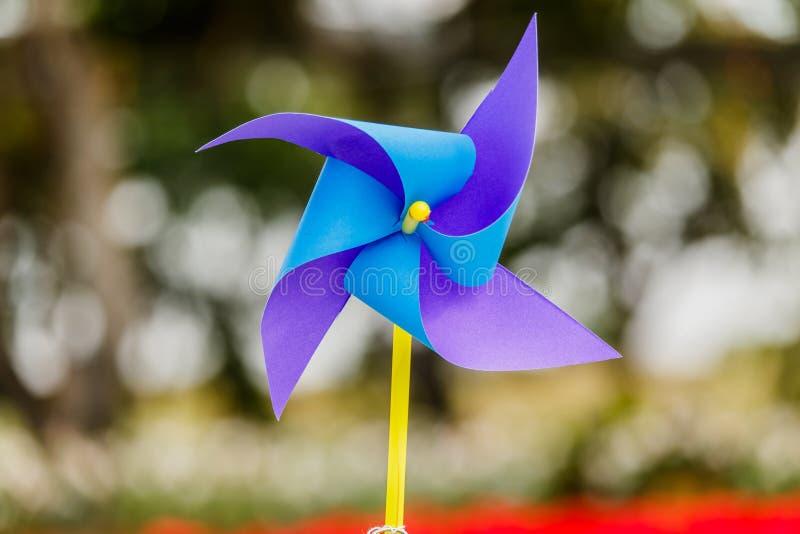 Moinhos de vento de papel no fundo natural fotografia de stock royalty free