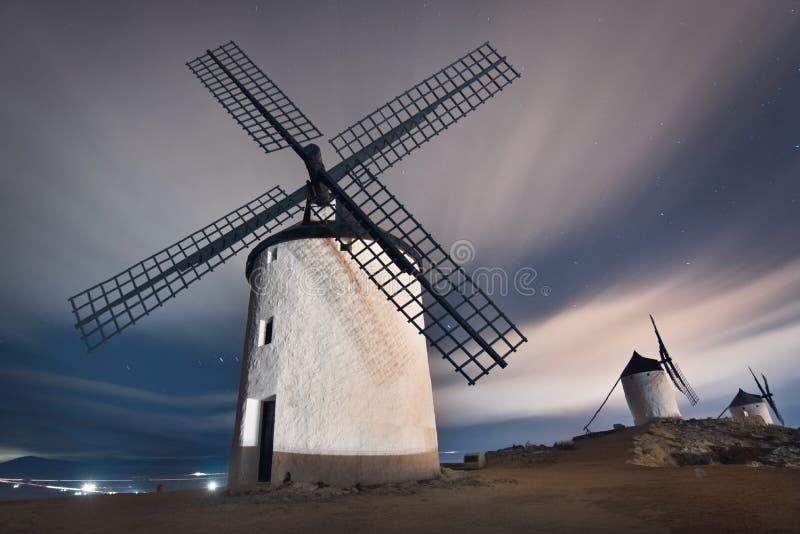 Moinhos de vento de Don Quixote na noite Marco famoso em Consuegra, Toledo Spain foto de stock