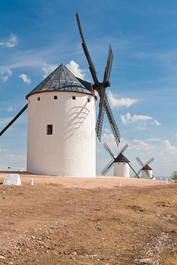 Moinhos de vento em Campo De Criptana fotografia de stock