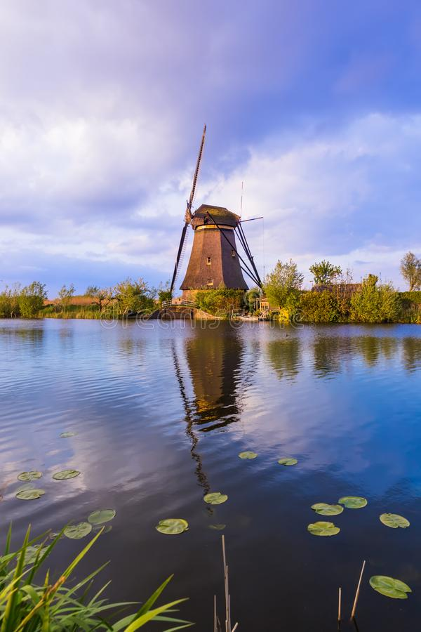 Moinhos de vento em Kinderdijk - Países Baixos fotografia de stock royalty free