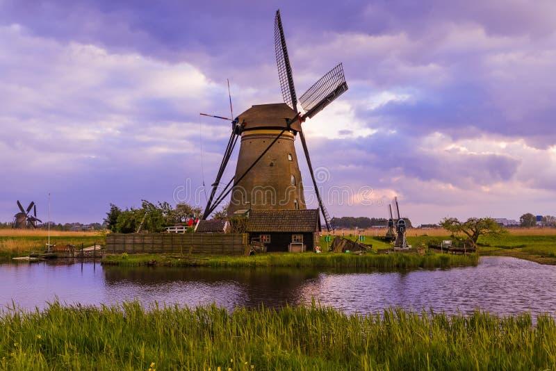 Moinhos de vento em Kinderdijk - Países Baixos fotografia de stock