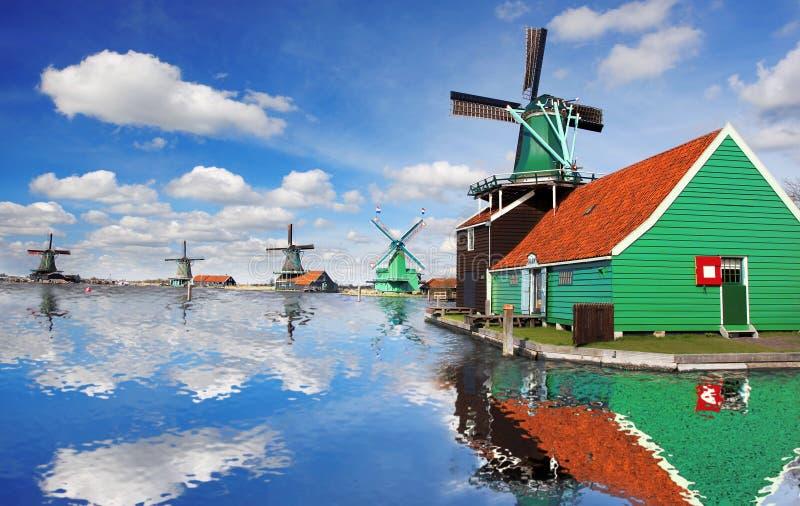 Moinhos de vento em Zaanse Schans, Amsterdão, Holanda fotografia de stock royalty free